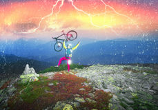 Radfahrer in den Herbstbergen Stockbild