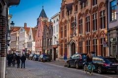 Radfahrer an den schönen Straßen der historischen Stadt von Brügge stockfotos