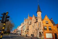 Radfahrer an den schönen Straßen der historischen Stadt von Brügge lizenzfreie stockfotografie
