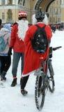 Radfahrer in den Weihnachtskostümen Stockbild
