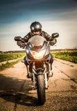 Radfahrer, der auf der Straße läuft Lizenzfreie Stockfotos