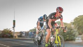Radfahrer in der Beschleunigung während eines Nachtrennens stockfotografie