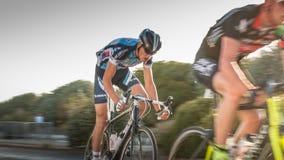 Radfahrer in der Beschleunigung während eines Nachtrennens stockbild