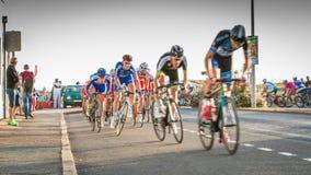 Radfahrer in der Beschleunigung während eines Nachtrennens lizenzfreie stockfotos