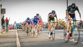Radfahrer in der Beschleunigung während eines Nachtrennens stockfotos