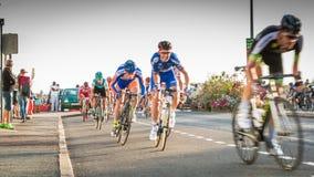 Radfahrer in der Beschleunigung während eines Nachtrennens lizenzfreies stockfoto