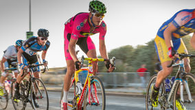 Radfahrer in der Beschleunigung während eines Nachtrennens stockbilder