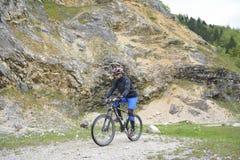 Radfahrer, der das Fahrrad reitet Lizenzfreie Stockfotografie