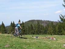 Radfahrer, der die Leute stillstehen und genießen Ansicht an den Bergen führt lizenzfreies stockfoto