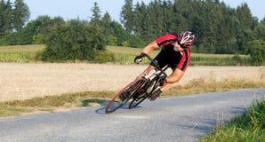 Radfahrer, der ein Fahrrad im extremen Winkel reitet Lizenzfreie Stockfotografie
