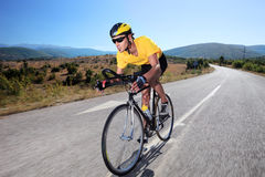 Radfahrer, der ein Fahrrad reitet Lizenzfreie Stockbilder
