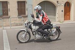 Radfahrer, der eine silberne Flinte Weinlese Ducati 450 Desmo reitet Lizenzfreies Stockfoto