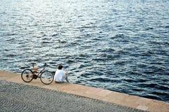 Radfahrer, der einen Bruch nimmt. Stockfotos