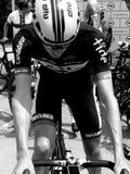 Radfahrer, der für das Rennen nur wenige Minuten vor dem Anfang sich vorbereitet stockfotos