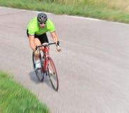 Radfahrer, der Fahrrad fährt Lizenzfreies Stockbild