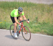 Radfahrer, der Fahrrad fährt Lizenzfreie Stockfotografie