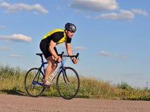 Radfahrer, der Fahrrad fährt Stockfotografie