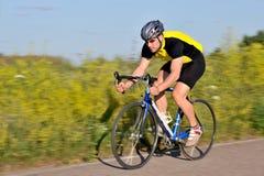 Radfahrer, der Fahrrad fährt Lizenzfreie Stockfotos