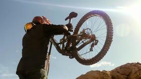 Radfahrer, der Fahrrad fährt abwärts Extremer Sport-radfahrendes Konzept stockfotografie