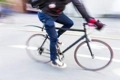 Radfahrer an der hohen Geschwindigkeit auf dem Laufen des Fahrrades Lizenzfreies Stockbild