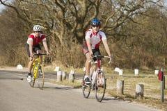 Radfahrer in der Verfolgung Stockbild