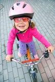 Radfahrer des kleinen Mädchens Stockfoto
