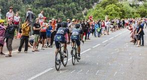 Radfahrer, die Alpe d'Huez klettern Lizenzfreie Stockfotos