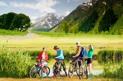 Radfahrer, die draußen radfahren Stockfotografie