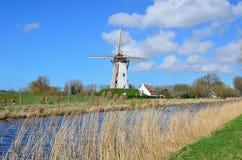 Radfahrer, die durch eine alte Windmühle in Damme überschreiten Stockbild