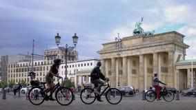 Radfahrer, die Fahrrad an Brandenburger Tor in Berlin, Deutschland im Sommer fahren stock video footage