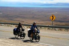 Radfahrer, die in Patagonia reisen Stockfotos