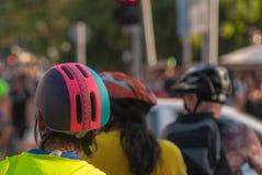 Radfahrer, die warten, um zu kreuzen stockbilder