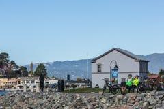 Radfahrer durch die Bucht Stockfoto
