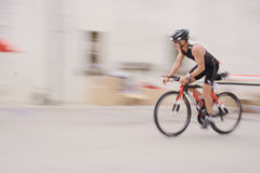 Radfahrer in einem Dorf Stockbilder