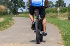 Radfahrer an einem sonnigen Tag des Sommers in der deutschen Südlandschaft lizenzfreie stockbilder
