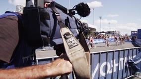 Radfahrer in einem Triathlon stock video footage