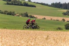 Radfahrer in einer Abstandsansicht an einem sonnigen Tag des Sommers Stockfotos