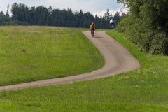 Radfahrer in einer Abstandsansicht an einem sonnigen Tag des Sommers Stockbild