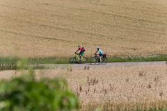 Radfahrer in einer Abstandsansicht an einem sonnigen Tag des Sommers Lizenzfreies Stockbild