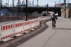 Radfahrer an einer Baustellesperre in Magdeburg Lizenzfreie Stockbilder
