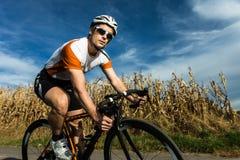 Radfahrer in einer Kurve lizenzfreie stockbilder