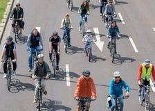 Radfahrer führen in Magdeburg, Deutschland morgens 17 vor 06 2017 Tag der Aktion Erwachsene und Kinder fahren Fahrrad im Stadtzen Stockfotos