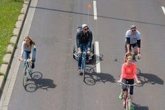 Radfahrer führen in Magdeburg, Deutschland morgens 17 vor 06 2017 Tag der Aktion Familienfahrfahrräder in der Parade Lizenzfreie Stockfotografie