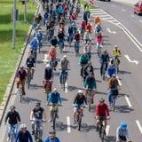 Radfahrer führen in Magdeburg, Deutschland morgens 17 vor 06 2017 Viele Leute des unterschiedlichen Alters fahren Fahrrad im Stad Lizenzfreies Stockfoto
