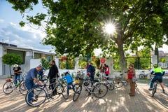 Radfahrer für die Umwelt gegen CO2 stockbilder