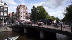 Radfahrer fahren auf die Brücke in der alten Stadt stock video