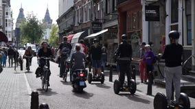 Radfahrer fahren auf die Brücke in der alten Stadt stock footage