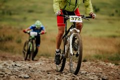 Radfahrer-Gebirgsradfahren mit zwei Athleten lizenzfreie stockfotografie