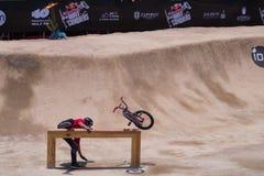 Radfahrer gleitet auf Holzbalken Stockfoto