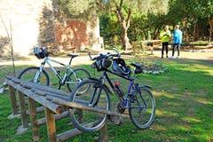 Radfahrer im Greenway Los Molinos Del Agua in Valverde Del Camino, Provinz von Huelva, Spanien Stockbild